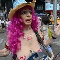 Tourists annoyed by naked ladies in Times Square - NSFW