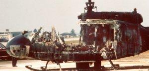 Ein ausgebrannter Hubschrauber des Bundesgrenzschutzes, in dem bei einem Befreiungsversuch mehrere Geiseln der Terrororganisation
